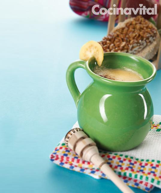 Un delicioso y tradicional atole de guayaba, perfecto para la merienda o acompañar unos ricos tamales. Ingredientes para 4 personas 600 g de guayaba 500 ml de agua 1/2 tz de azúcar 1 1/2 lts de leche Azúcar al gusto 60 g de fécula de maíz 1/4 de tz de leche fría Preparación CORTA las guayabas …