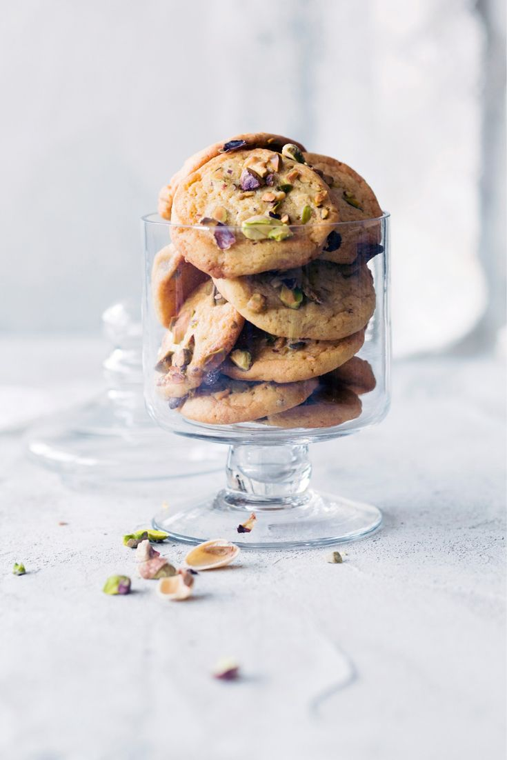 Pistaasi-valkosuklaacookiet - Cookies with White Chocolate and Pistachios. Food & Style Emilia Kolari Photo Johanna Myllymäki. Maku 2/2013. www.maku.fi