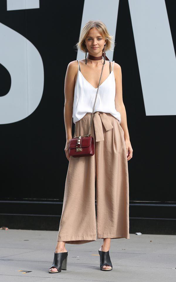 Street style look com regata branca, calça culotte e mule preta.