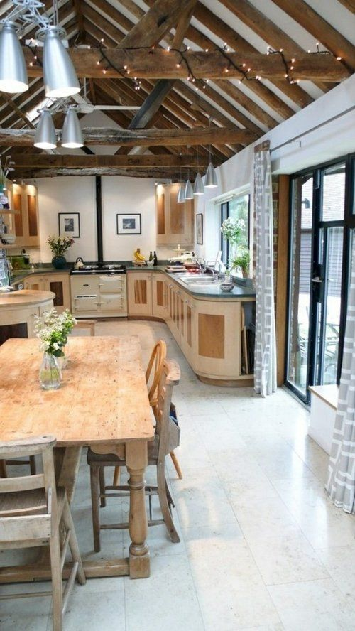 Une longue cuisine avec une  table en bois