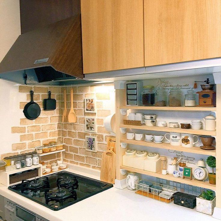 最近、流行りの「カフェ風インテリア」。なんとなぁーくカフェっぽくはなるんだけど、何かがしっくりこない。それは、キッチンが原因です。キッチンからしっかり「カフェ風」にしたら、お部屋にも馴染むんです。「じゃあ、どうしたらいい?」カンタンに4つのステップで「カフェ風キッチン」が作れるんです。早速、作り方をチェックしていきましょう。   ページ2