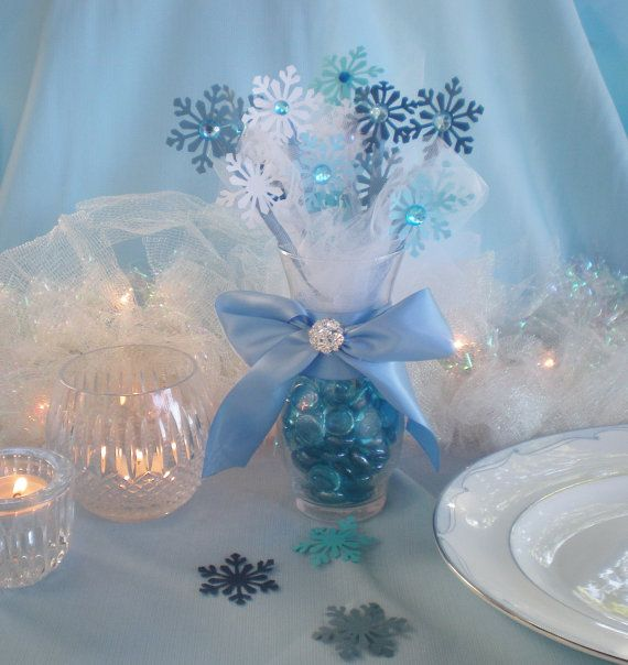 Beautiful centerpiece perfect for a Frozen party, or even just home décor. Measures 11 height, 8 wide (vase has a 3.25 diameter)    Snowman not included. I offer BULK DISCOUNTS. If you are ordering a large quantity for your special event, send me a message to get bulk discount prices!    CUSTOM COLORS AVAILABLE. Standard processing time is1-3 days; however, if ordering a large amount, order may take 1-2 weeks.    Thank you for visiting