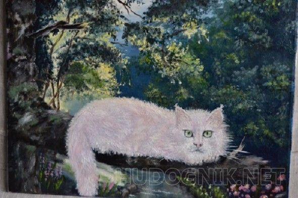 Розовый кот в солнечном лесу На картине изображен кот розового цвета, который устроился на ветке над ручьем. На фоне солнечного леса розовый кот смотрится очень эффектно, его прозрачные глаза дерзко заявляют о его непокорном нраве. Картина создает яркое незабываемое настроение и подойдет для любого интерьера, впишется в любую композицию.
