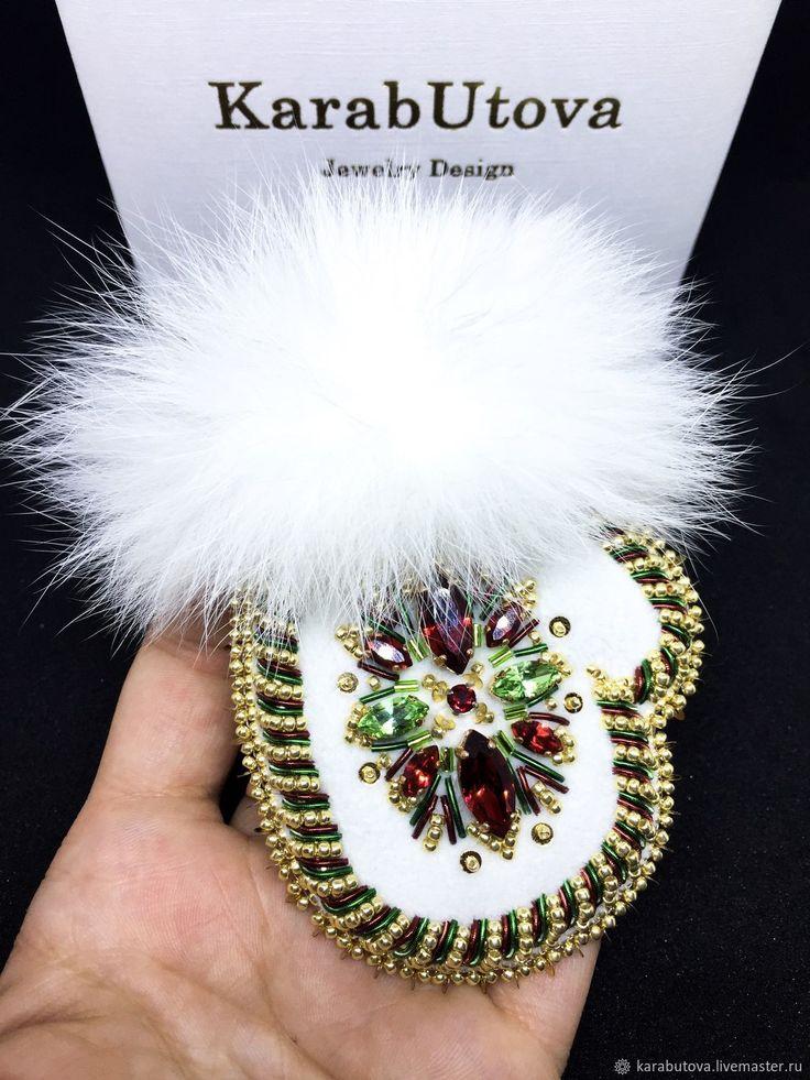 """Брошь """"Новогодняя Рукавичка"""" с мехом и кристаллами Swarovski – купить в интернет-магазине на Ярмарке Мастеров с доставкой"""