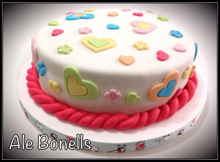 Corazones y flores en tonos pasteles para un cumpleaños infantil.