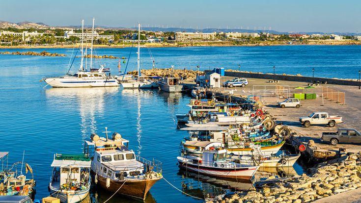 Diez curiosidades de Chipre que enganchan  La isla mediterránea tiene hueco para las playas turquesas con más banderas azules por habitante del mundo, pero también para estaciones de esquí, una zona de marcha que comparan con Ibiza y la única capital dividida del planeta.  http://www.ocholeguas.com/2016/01/04/europa/1451926722.html