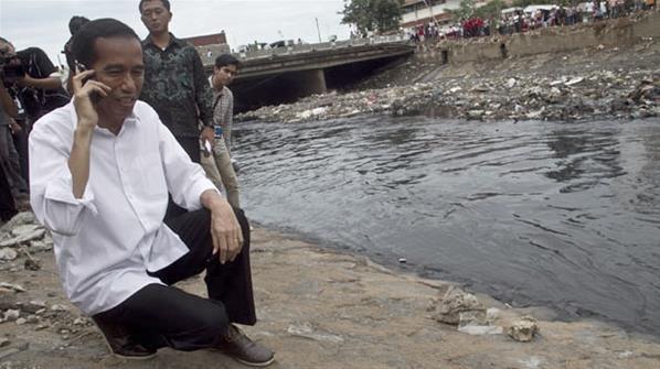 8 Gaya Jongkok Jokowi