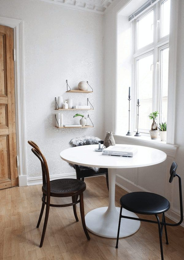 Round dining table in a pretty Norwegian home with inspiring touches. Randi Mageli / Filippa Tredal.
