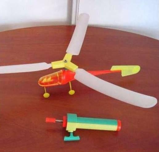 Очень популярная у мальчиков игрушка - вертолет. Трудно поверить но он мог взлететь на высоту до 4-5 м ровно и с последующей посадкой, никаких электродвигателей и радиоуправлений, - чистая механика. На мой взгляд гениальная игрушка.
