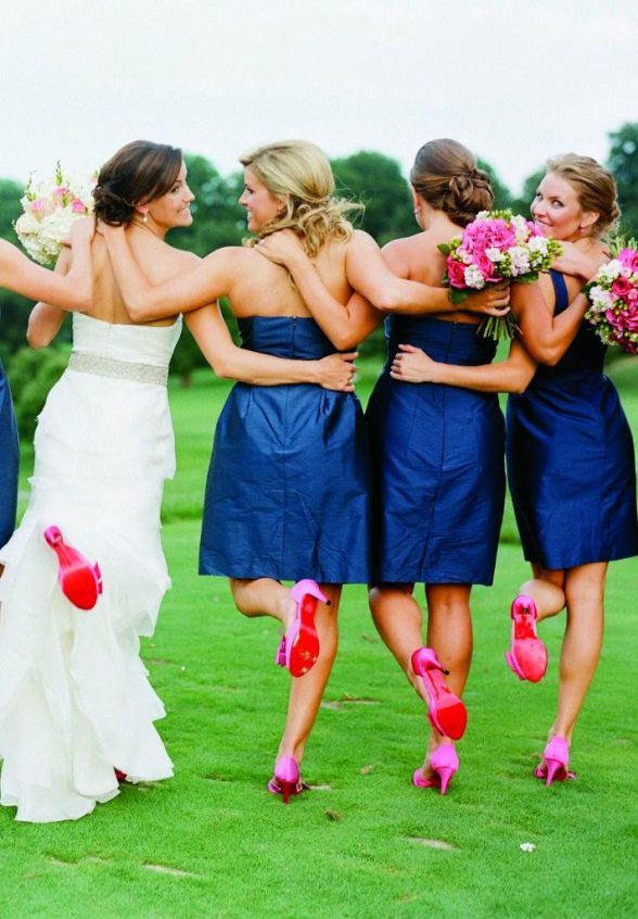 Damas de honor con vestidos cortos azules y zapatos rosa fucsia iguales que los de la novia