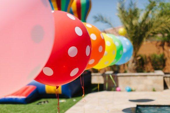 tema de festa infantil aniversario infantil decoracao de aniversario para crianca arco iris bolo para aniversario mesa de doces de aniversario blog vittamina baloes coloridos: Bounce House, Studios, Polkadot, Iris, Backyard, Balloon, Party, Birthday Party