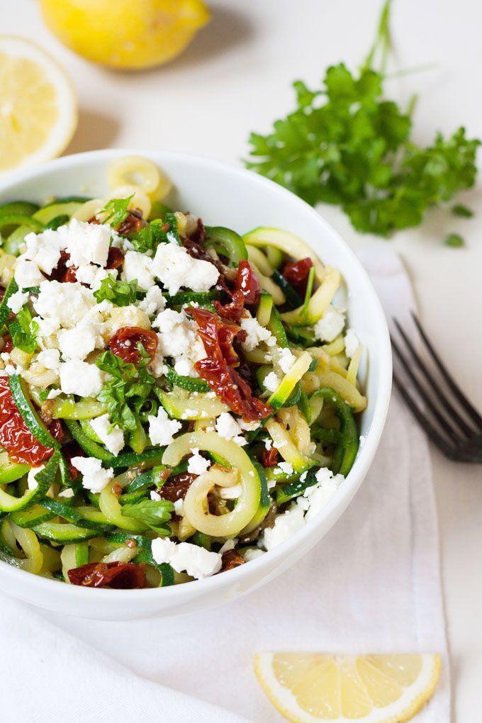 Die Zucchini-Spaghetti mit getrockneten Tomaten und Feta sind Low Carb, einfach und stehen in 10 Minuten auf dem Tisch. So gut!