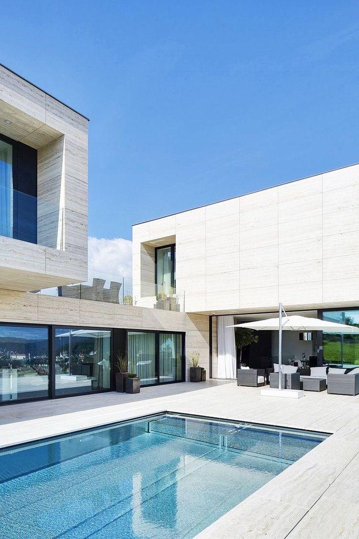 Este espacio por ejemplo es muy común, se trata de una piscina y estas suelen estar acompañadas de muebles de exteriores tales como sombrillas, mesas hechas para exteriores y sillas o camastros de materiales resistentes.