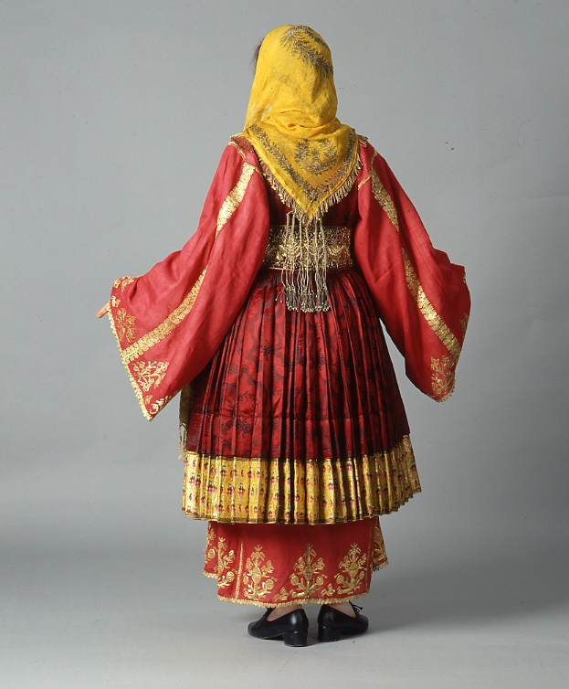 largeur ceinture et surtout chemise correspondant au modele debut 1800's  Front and back of the bridal dress of the Mount Pelion village of Trikeri in Thessaly. It is composed of three chemises and four short pleated dress worn one on top of the other.  Size 	  Date 	Early 20th c.