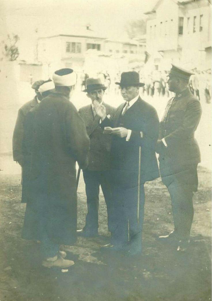 Nadir bir an ile karşı karşıyayız. Fransız gazeteci tarafından çekilmiş fevkalade sıradışı bir fotoğraf. Harf İhtilâl'i sırasında Mustafa Kemâl Atatürk ve İsmet İnönü'yü köy hocaları ile yeni Türk alfabesi üzerine konuşurken görüyoruz.