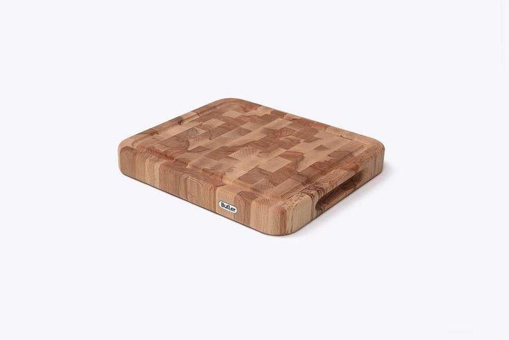 Snijplank beuk kops met ril 31 x 27,5 cm Deze beukenhouten snijplank van Butler is geschikt voor al je dagelijkse snijwerk in de keuken en perfect voor het presenteren van hapjes. De snijplank is gemaakt van een hoogwaardige kwaliteit massief kopsbeukenhout. € 27,95