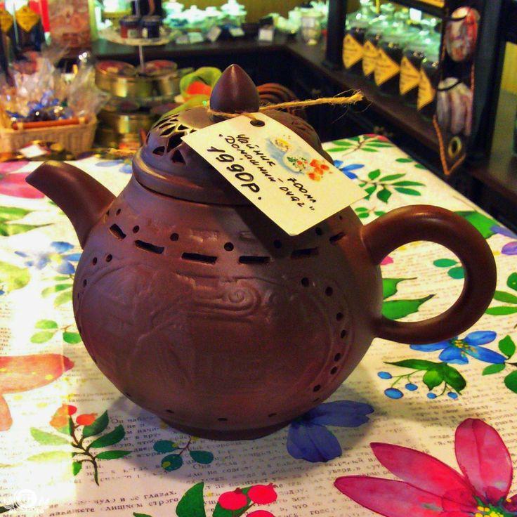 """ГЛИНЯНЫЙ ЧАЙНИК """"ДОМАШНИЙ ОЧАГ"""" Глиняный чайник прекрасно подходит для заваривания травяных, классических и фруктовых чаев.Благодаря микропорам в стенках, температура чая сохраняется на протяжении длительного времени. Решив  купить глиняный чайник, вы откроете для себя новый мир изысканного удовольствия от утонченного напитка. И чем старше заварочный чайник глиняный, тем вкуснее получается чай. Не стоит забывать и о кухонной эстетике, стоит только купить китайский глиняный чайник и сделать…"""