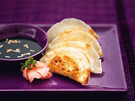 Gyozas är små köttfyllda degknyten som så mycket annat i det japanska köket härstammar från Kina. Receptet kommer från boken Monica Eisenmans asiatiska nudlar och smårätter.