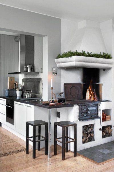 Sercem domu jest stary, opalany drewnem piec. Czarne kuchenne blaty pasują do stołków wykonanych własnoręcznie przez ojca Ylvy.