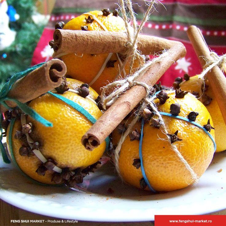 La mulți ani tuturor prietenilor care poată numele de Nicolae și Nicoleta!  Ne amintim cu drag că atunci când eram copii prima sărbătoare de iarnă când primeam portocale era de Moș Nicolae. Putem și acum folosi portocalele într-un mod creativ pentru a aduce în casă mirosul de sărbătoare cu care ne-am obișnuit în copilărie.