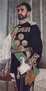 HAILE' SELASSIE' D'ETIOPIA 1892+1975.FU IMPERATORE DAL 1930 AL 1936 E DAL 1947 AL 1974.IN ESILIO DURANTE LA CONQUISTA FASCISTA.NEL 1974 VIENE DETRONIZZATO CON UN COLPO DI STATO.SECONDO LA TRADIZIONE ERA IL 224 DISCENDENTE DI RE SALOMONE.NEL 1923 FA' ENTRARE IL REGNO NELLE NAZIONI UNITE.NEL DOPOGUERRA CERCO' DI MODERNIZZARE IL REGNO.EMANO' NEL 1955 UNA NUOVA COSTITUZIONE.GRANDI SUCCESSI IN CAMPO INTERNAZIONALE