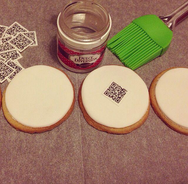 3. Utilizamos un pegamento comestible, especial repostería para enganchar los códigos Qr a nuestras galletitas de Oh Mama Pastiseria.