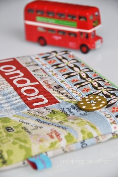eine LONDON map im TÄSCHchenformat...    das täschchen bietet platz für reiseDOKUMENTE... und für MÄDCHENzeugs auf REISEN... die kosmetik, den schmuck