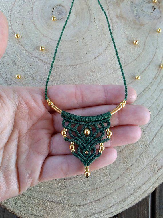 Zierliche Makrameekette im minimalen Boho-Stil