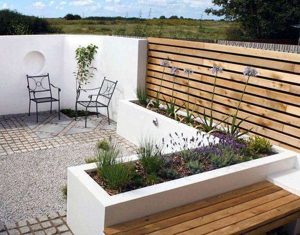 gartenbank design holz weiße gartenmauer pflanzen