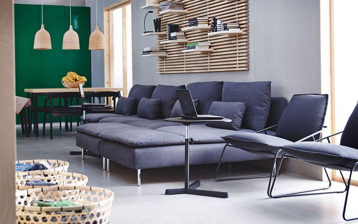 Uma área para sentar com chaise-longue, secções de um lugar e poltronas com capa em cinzento