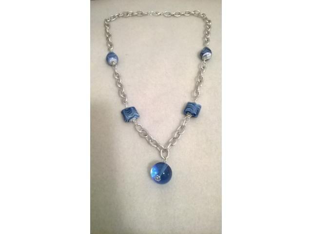 Collana composta da catena di colore argento e perle di vetro blu. Pubblica anche tu le tue creazioni su www.ricicloshop.com