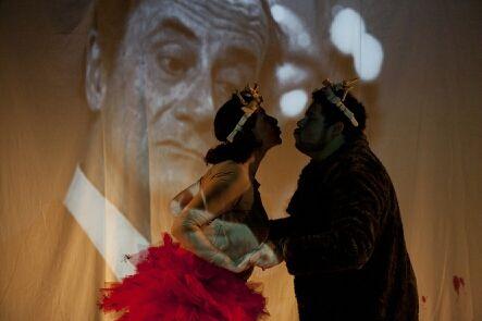 """A encenação e o público percorrem áreas externas e internas da Oficina Cultural Oswald de Andrade para conhecer situações trágicas e cômicas que permeiam uma disputa de poder. Para tanto, o jovem Hamlet, ensimesmado em sua existência, contrata a Cia. Artehúmus de Teatro para encenar o assassinato de seu pai e quem sabe, descobrir quem...<br /><a class=""""more-link"""" href=""""https://catracalivre.com.br/geral/agenda/barato/ohamlet-do-estado-de-homens-e-de-bichos-5/"""">Continue lendo »</a>"""