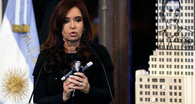 """""""Le falta la escoba!"""", comentó el secretario legal y técnico de la Presidencia argentina, Carlos Zanini, al ver la muñeca, según reveló jocosa la mandataria, quien dijo que el funcionario la """"trató de bruja"""""""