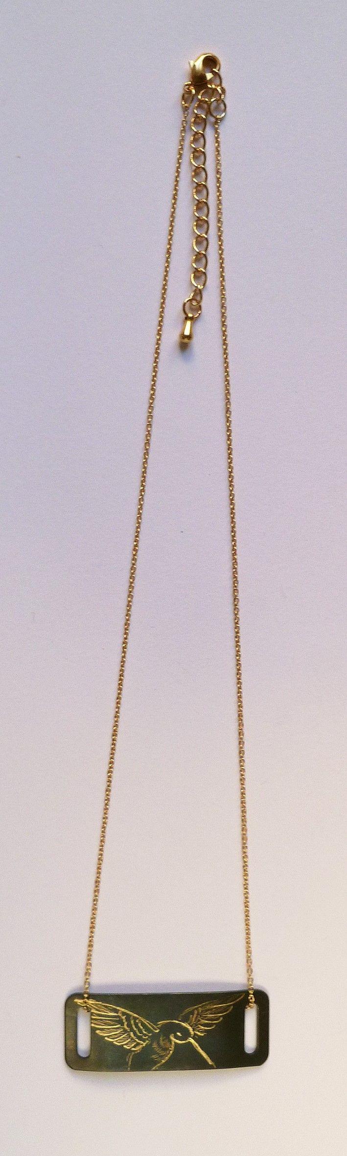 Collier doré avec pendentif rectangle.