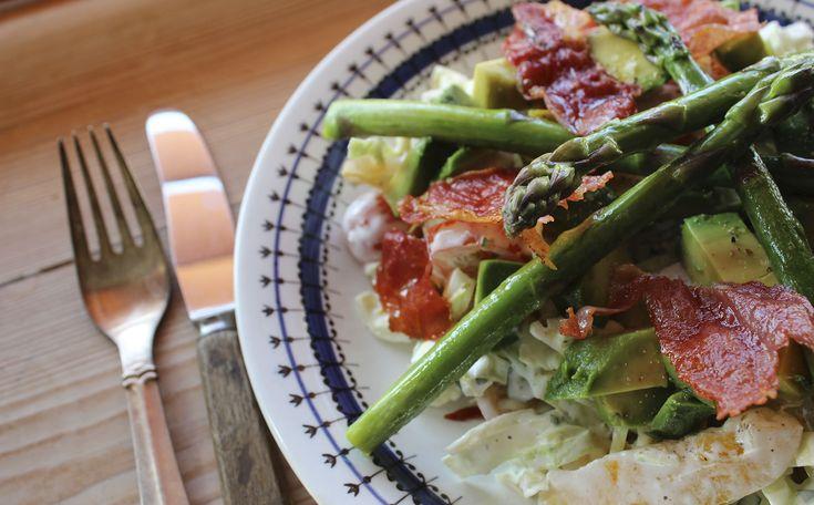 Frokostsalat med ramsløg og sprød serranoskinke