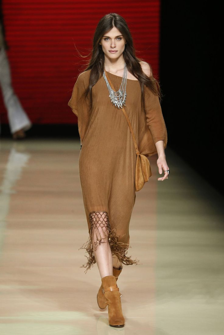 Mango inaugura l'inizio di 080 Barcelona Fashion con la sfilata della primavera/estate aperta da Elisa Sednaoui. Il tema sono gli Anni Settanta: il mix difrange, suede, abiti lunghi e cappelli a tesa larga parlano a una donna dall'animo boho-chic. Photo courtesy of 080 Press Office -cosmopolitan.it