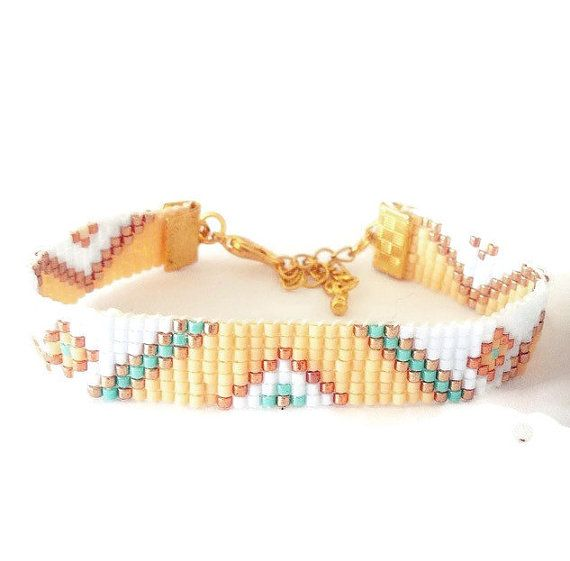 Pastel Ibiza armband - tribal armband, hippie armband, boho armband, vriendschapsarmband, aztec, native armband  Stijlvol, handgeweven van Miyuki-kralen in de kleuren geel, lichtblauw en goud voorzien van een verlengketting waardoor de armband om elke pols past.  Het kleurrijk patroon geeft de armband een mooie etnische uitstraling. De etnische trend is steeds vaker te zien in het modebeeld. Geef jouw winterse look een Ibiza glow!  Afmetingen: - Met sluiting en verlengketting: 19cm  Je kunt…