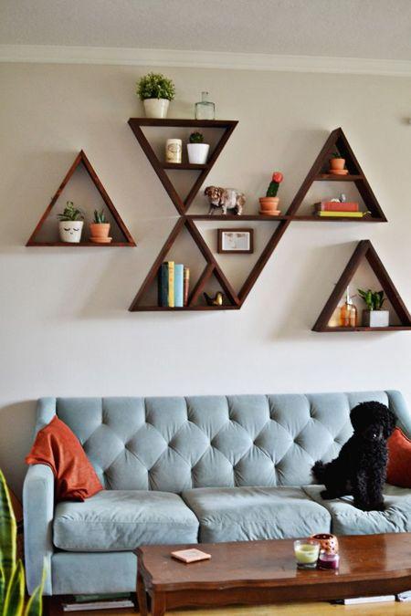Decorar con formas geométricas: una estantería de pared con estantes en forma de triángulos #decoracion #formasgeometricas #triangulos