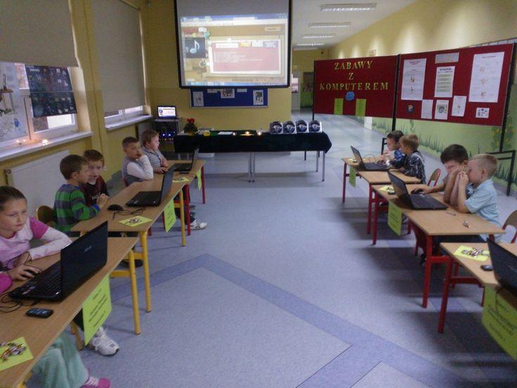 """W naszej szkole, po zajęciach lekcyjnych odbyły się """"Zabawy z komputerem"""" Zabawa była  dla uczniów klas II i III. Każdą klasę reprezentowało dwóch przedstawicieli. Zabawa była udana!!! Oglądaliśmy filmiki związane z zasadami bezpiecznego korzystania z komputera i Internetu.  Rozwiązywaliśmy krzyżówki i labirynty."""
