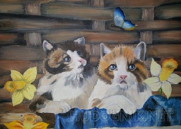 Котики в корзинке Два котика в плетёной корзинки. Один пристально смотрит на бабочку, а другой смотрит вперед. Возле корзины расположены три нарцисса.