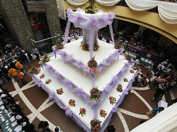 worlds largest wedding cake largest cakes in the world www learntolives com580 27634