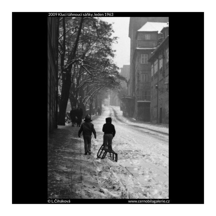 Kluci táhnoucí sáňky (2009) • Praha, leden 1963 • | černobílá fotografie, Hradčany, Úvoz, sáňkování, zima, sníh |•|black and white photograph, Prague|