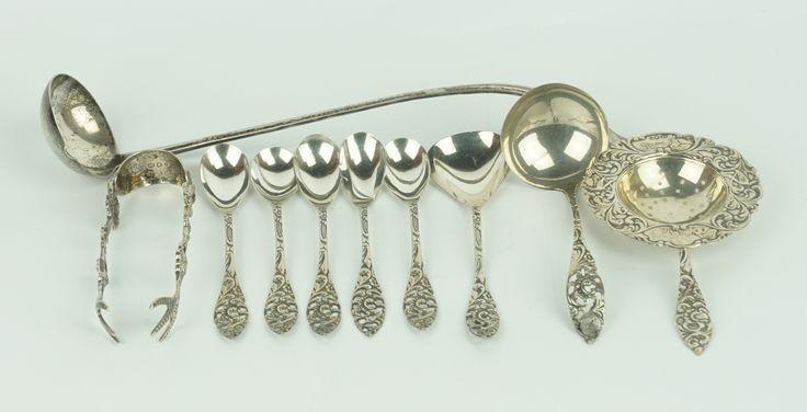 Een kavel divers zilver: een serie van 5 theelepeltjes met gelijkende roomlepel, suikerlepel en theezeefje, daarbij een punchlepel en een klontjestang