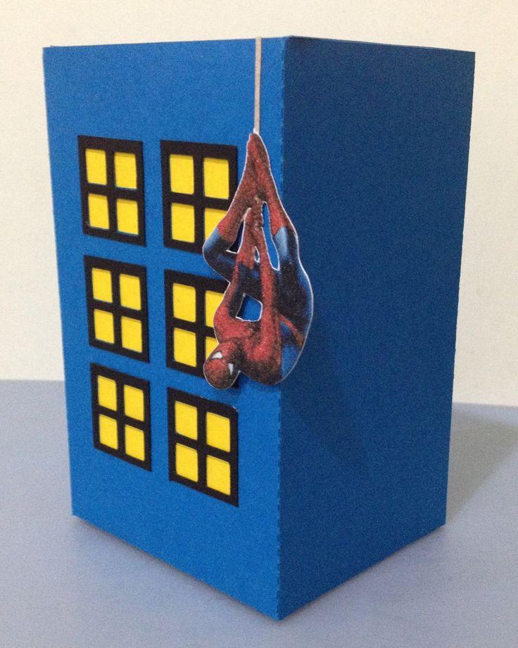 Centro de mesa prédio Homem Aranha  confeccionado em papel scrap Color Plus de alta gramatura, com aplicação do homem aranha ou vilões do Homem Aranha.  Atura:13cm