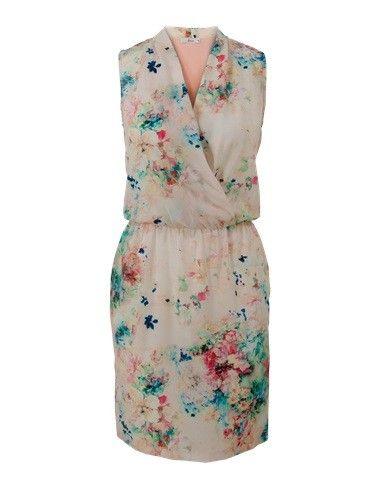 Jurk print roze. Geprinte mouwloze jurk met een V-hals. Het model is gemaakt van soepele stof. Het voorpand is geprint en het achterpand is unikleurig. De jurk is voorzien van een overslag en valt tot op de knie. Ongevoerd.  #zomercollectie #zomerkledingdames #zomerkleding