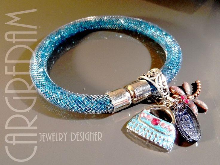 Bracelet résille tubulaire cristal strass bleu de prusse breloque émaillée : Bracelet par shamballa-s-cargredam1