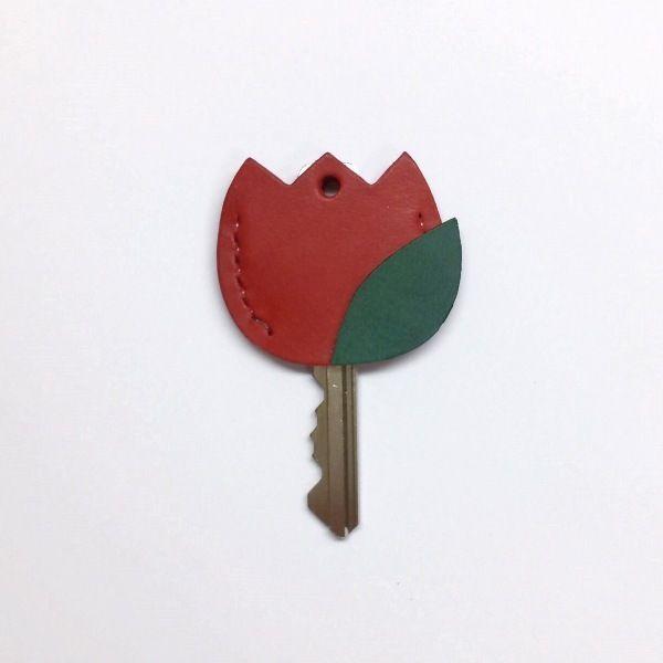 鍵を開ける時に微笑むその一瞬が、皆さまの疲れを少しでも癒してくれますように。と願って制作いたしました。鍵の頭にかぶせて、キーナンバーを隠すセキュリティ対策としてもお役立ちいただけるキーヘッドカバー☆▼使用できる鍵のサイズはこちら→頭の幅:2.6cm以内、鍵穴に挿し込む方の幅:1.3cm以内。●カラー:赤、緑●サイズ:縦3.3cm×横3.8cm●素材:牛革●注意事項:総手縫・床面処理・コバ処理・ワックス仕上げの作業工程を経て制作しております。天然素材のため漉き筋などが含まれることがあります。再販の場合、ミリ単位での誤差が生じる場合がございます。●作家名:ACOROND#キーカバー #レザー #牛革 #本革 #レディース #女性用 #かわいい #大人可愛い #おしゃれ #レザークラフト #革小物 #贈り物 #プレゼント #キーヘッド #キーホルダー #キーケース #スマートキーカバー #鍵 #キーキャップ #新感覚アクセサリー #手縫い #キーリング #人気 #再販 #ハンドメイドキーカバー #handmade…