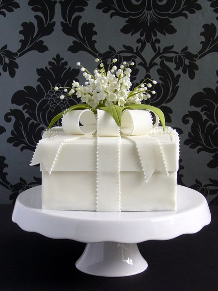 I absolutely love the simple sophistication of this darling cake!