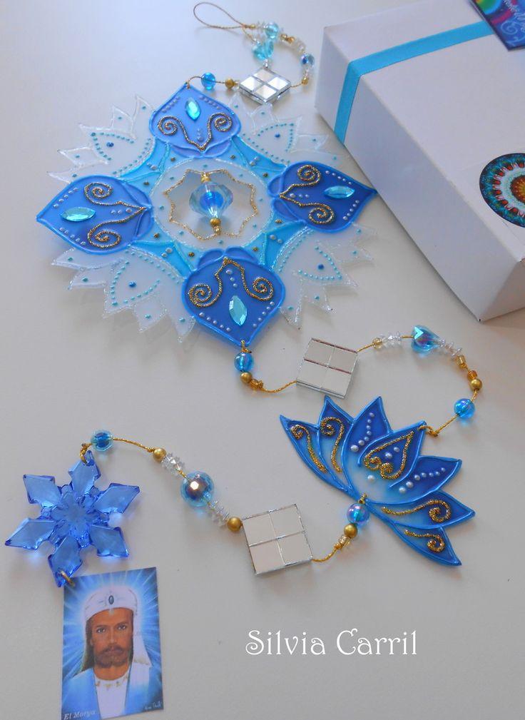 Mandala inspirada no Mestre do raio azul El Morya da Fraternidade Branca. Mandala de 15cm e detalhe em flôr de lótus azul...confeccionada em PVC com pintura vitral. <br>As pedrarias poderão ser alteradas conforme estoque.