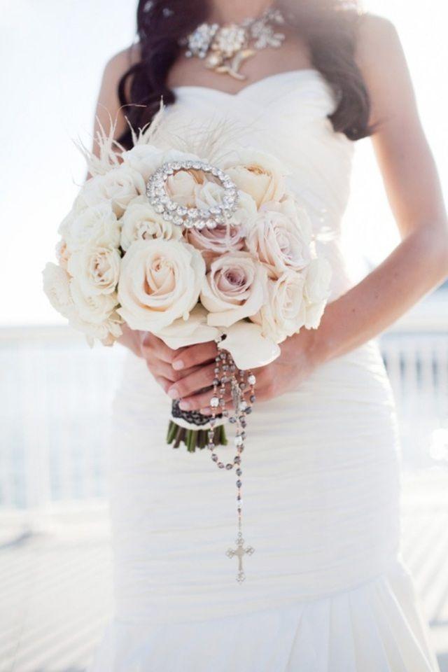 bouquet rond de roses blanches avec broche et chapelet